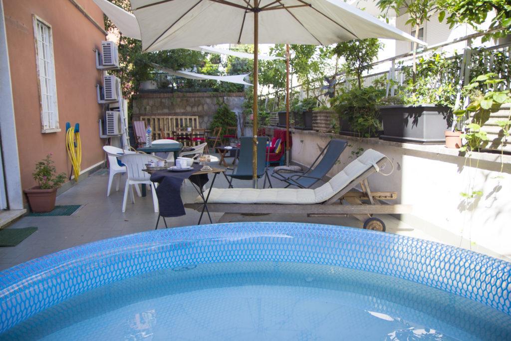 L' ampia terrazza con piscina
