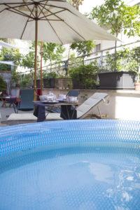 L'ampia terrazza con piscina